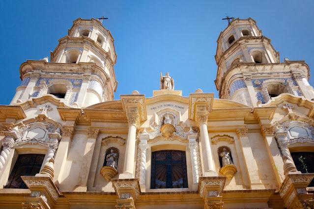 igreja amarela e branca