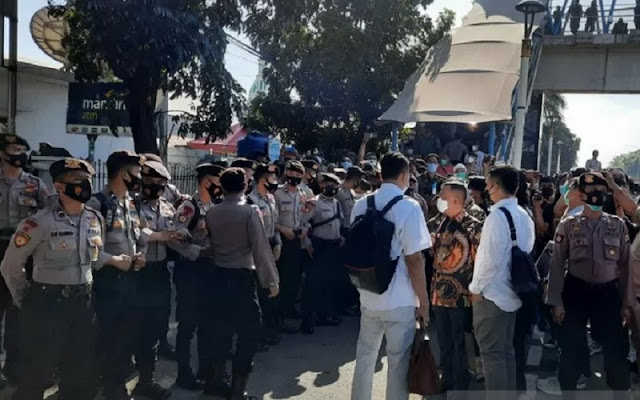 Sidang Habib Rizieq Tegang, Tim Kuasa Hukum dan Polisi Saling Dorong
