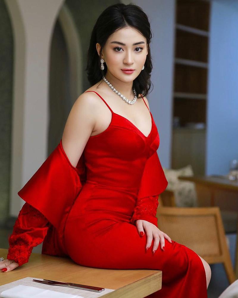 Wutt Hmone Shwe Yi cewek mansi tatapan mata indah dan hot manis