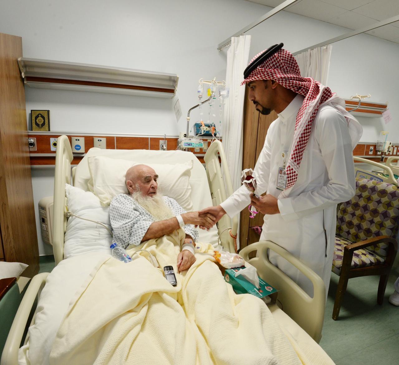 مستشفى الحرس الوطني بالمدينة يعايد المرضى بالورود صحيفة وطن 24