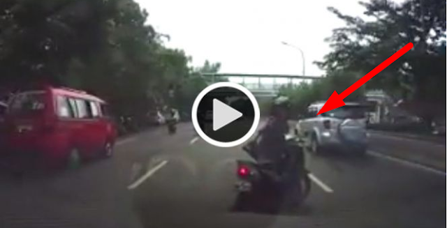 VIDEO: IBU-IBU PENGENDARA MOTOR INI NGEREM MENDADAK DI TENGAH JALAN, AKIBATNYA...