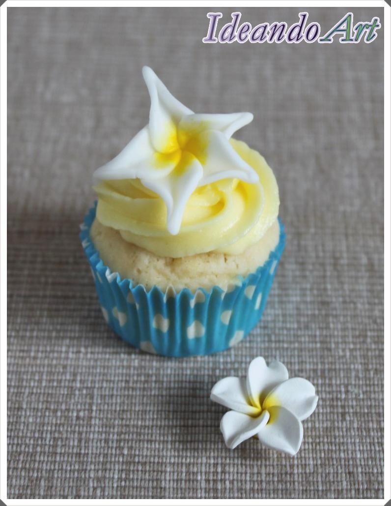 Cupcake de limón con plumeria