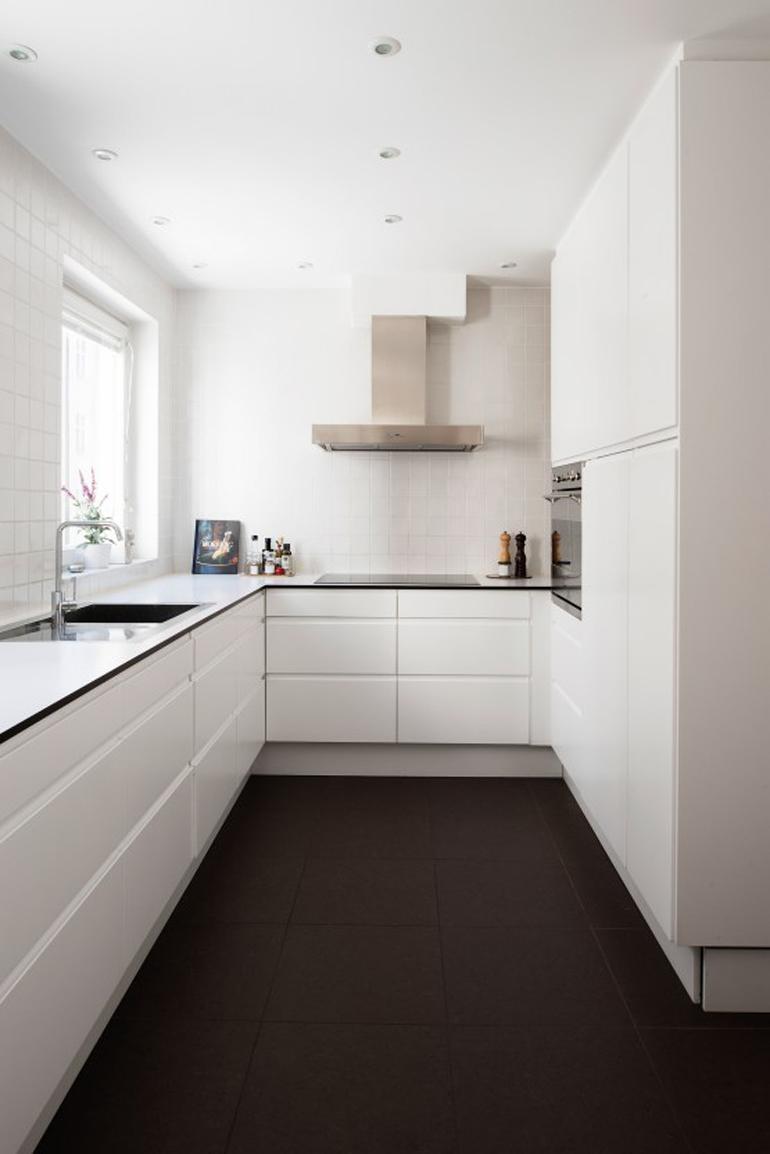 cocina blanco total suelo oscuro