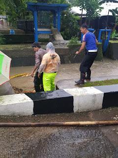 Sat Lantas Polres Pangkep Bersihkan Sumbatan Sampah, Cegah Luapan Air