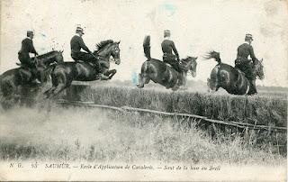Le cadre noir des cavaliers de Saumur à l'entraînement