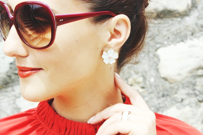 white flower earrings bele cvetne mindjuse