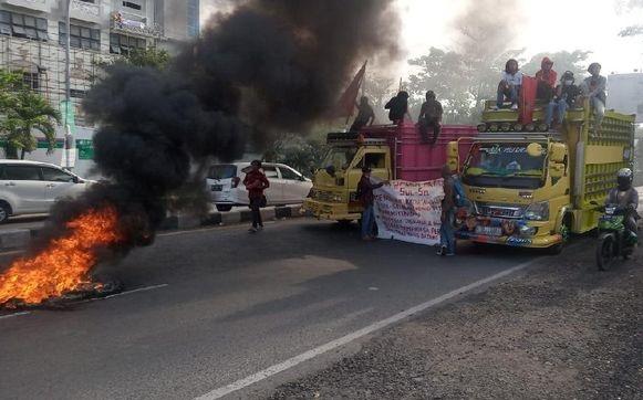 Tolak Kedatangan TKA China, Mahasiswa Makassar Blokade Jalan hingga Bikin Lalu Lintas Macet Total