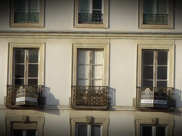 Dans le bel immeuble Hausmannien donnant sur la Place Saint-Germain et la Vilaine...
