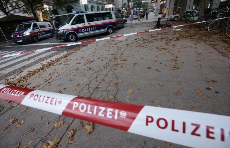 بريطانيا ترفع حالة التأهب القصوى عقب حدوث هجوم ارهابي في فيينا.