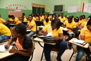 """PA' COMPLETA: Los haitianos que estudian ocupan aulas que abandonan dominicanos. """"El Internacional"""""""