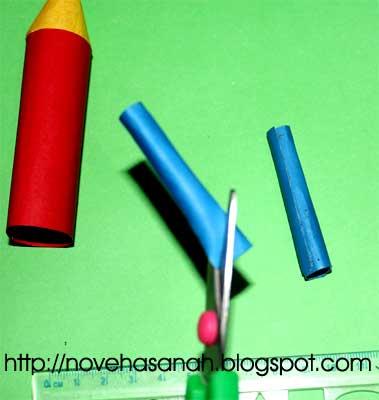 langkah keberikutnya adalah menggunting ujung-ujung tabung kecil kertas untuk membuat bentuk tangki bahan bakar roket kertas kita