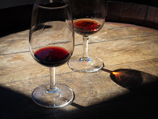 Dos copas de vino de Oporto sobre un barril