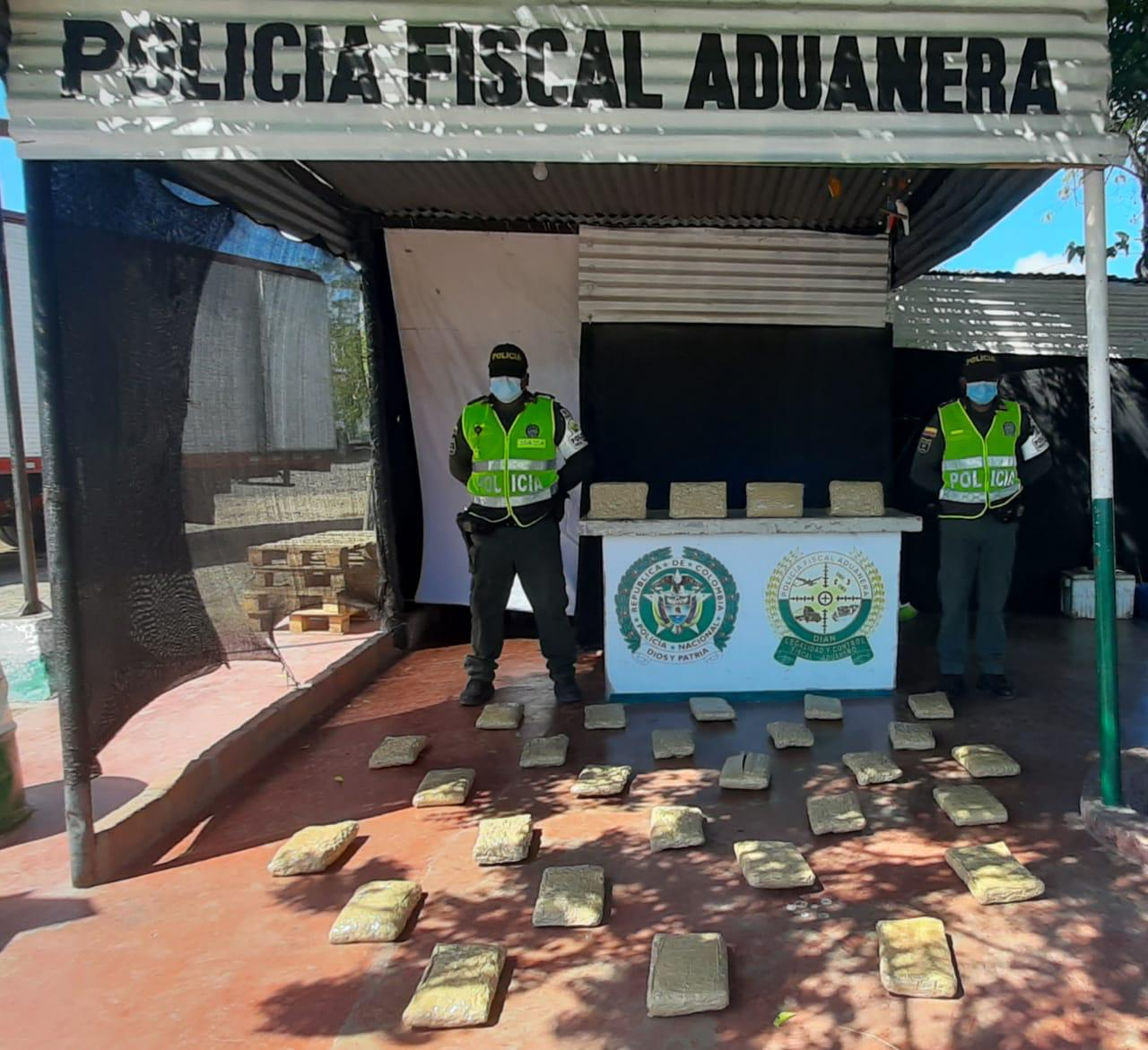 https://www.notasrosas.com/Policía Guajira incauta marihuana en 'El Ebanal' (Riohacha)