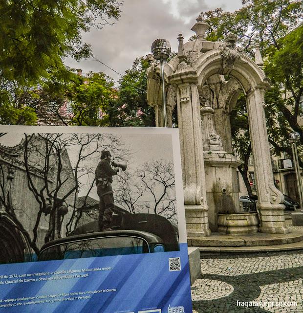 Largo do Carmo, Lisboa, placa alusiva à Revolução dos Cravos