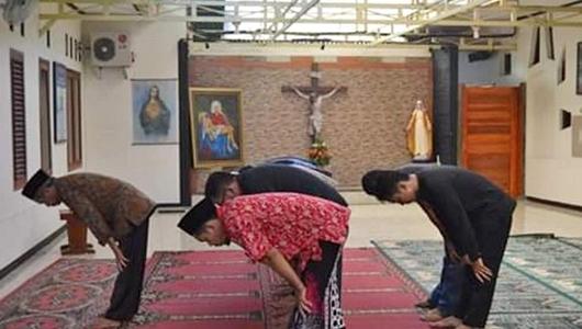Sepenggal Kisah di Balik Viralnya Foto Ahmad Tohari Salat di Gereja Cilacap