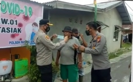 """Kapolresta Pekanbaru Sambangi Kampung Tangguh """"Kelompok tani JB Berkebun"""" & Bagikan Masker di Tampan dan Tirta Siak"""