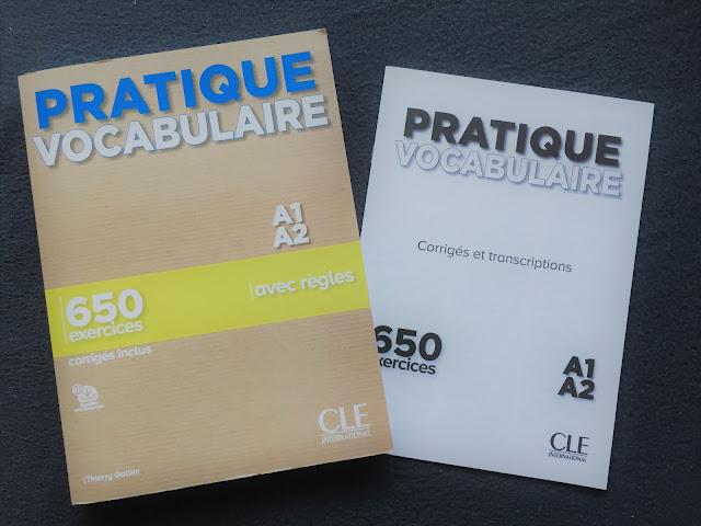 """Recenzje #151 - """"Pratique vocabulaire"""" + KOD RABATOWY - okładka książki - Francuski przy kawie"""