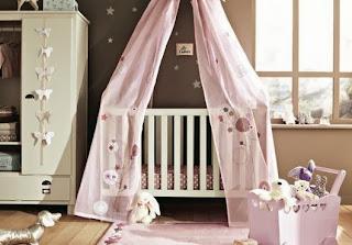 Habitación de bebé en rosa chocolate