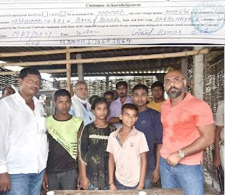 माता-पिता के मौत के बाद अनाथ हुए बच्चे, राकेश पांडेय ने की एक लाख रुपये की आर्थिक मदद