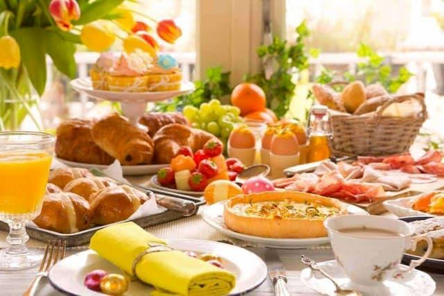 brunch mistura de café da manhã com almoço