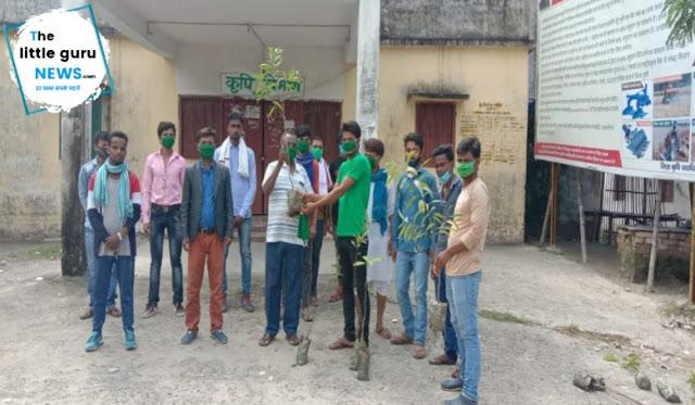छात्र राजद के पूर्व जिलाध्यक्ष ने किया मास्क और पौधा वितरण