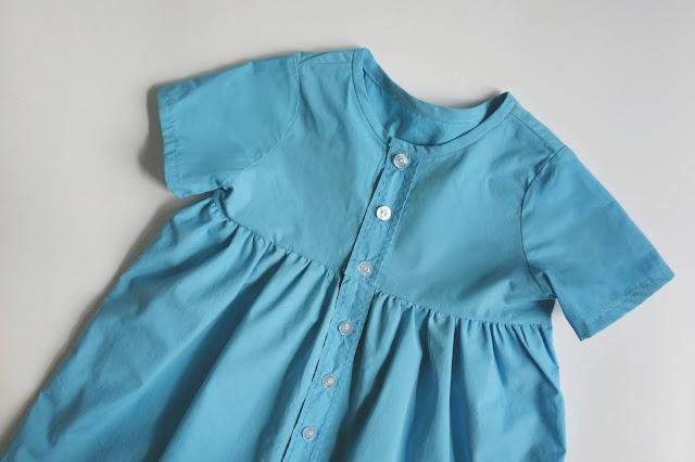 dziewczęca sukienka na guziki
