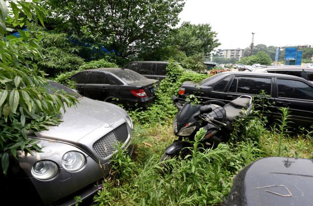 Un cementerio de autos en china tiene mpas de 200 autos de lujo