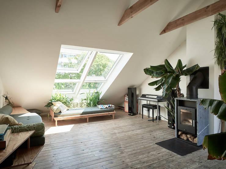Un ático con una reforma de cocina low cost: salón con chimenea.