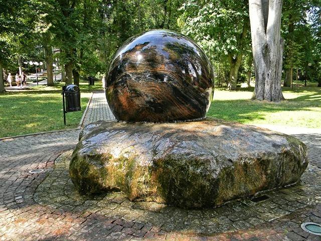 glob, kamień, park zdrojowy