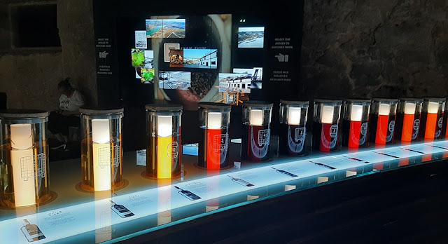 tubos de vidro com as cores dos vinhos do Porto