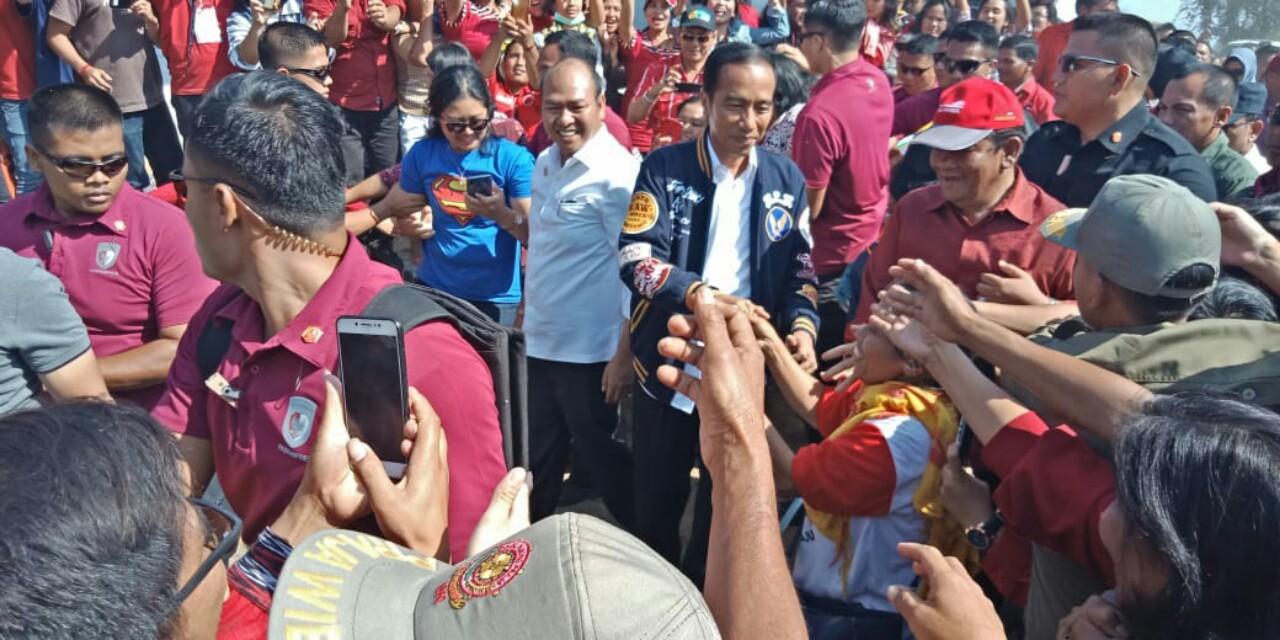 Jokowi didampingi Nikson Nababan disambut antusias masyarakat di lapangan Mini Siborong-borong.