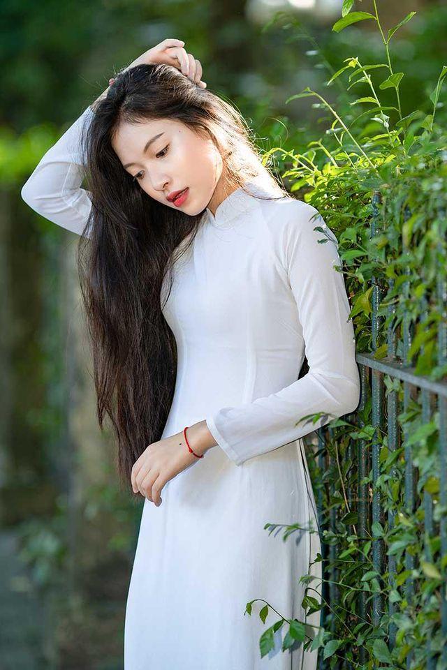 Hot girl Học viện Tòa án đẹp dịu dàng trong tà áo dài trắng