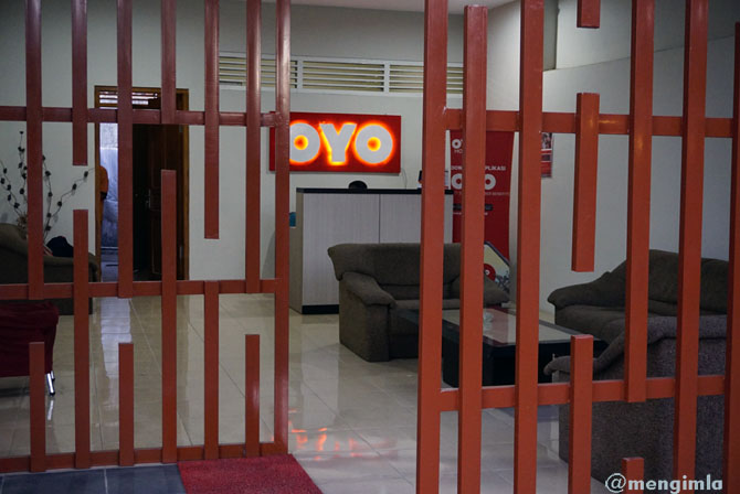Lobi OYO Garden Hotel Jogja bernuansa merah