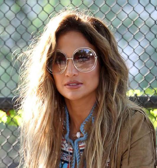 08a0e724fcfb3 Jennifer Lopez rendeu-se ao modelo de óculos de sol Carlina da marca Chloé.