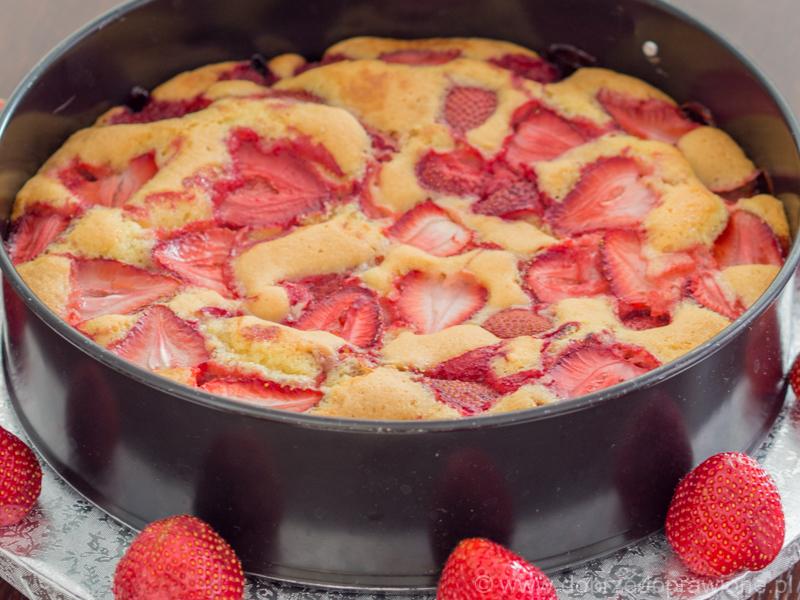 ciasto truskawkowe w okrągłej tortownicy