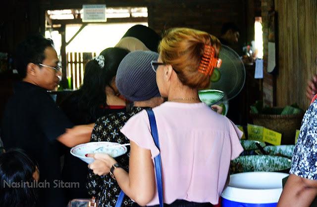 Antri makan siang di Kopi Klotok