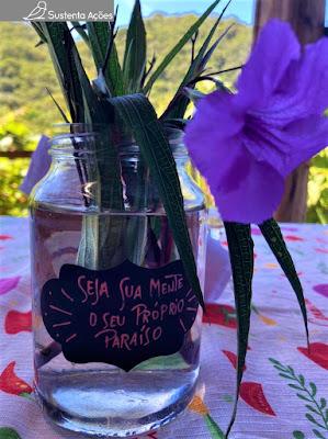 """Arranjo de flor com a seguinte frase no vaso: """"Seja a sua mente o seu próprio paraíso"""""""