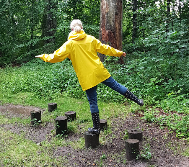 Unsere 11 besten Ausflugstipps für die Ostseeküste Nordjütlands. Der Abenteuer- und Märchenpfad im Dronninglund Skov macht auch im Regen Spaß!