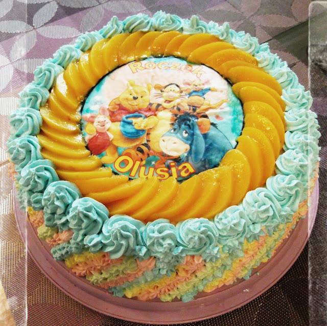 tort urodzinowy na roczek bita smietana kubus puchatek brzoskwinie biszkopt oplatek na tort