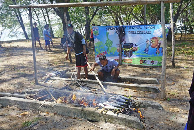 Kawan kampung membakar Ikan Tongkol