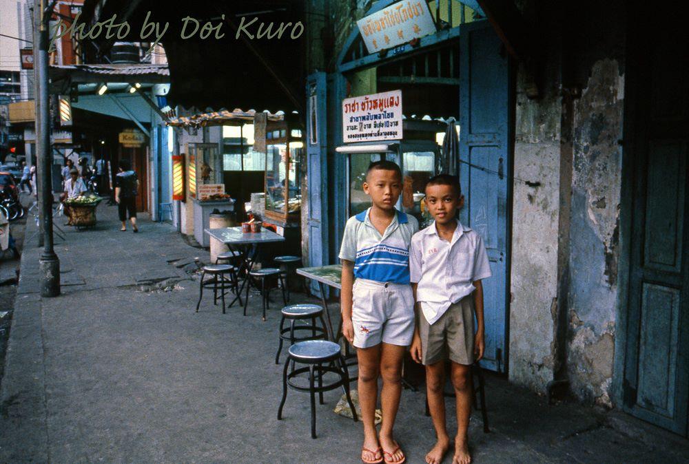 50 Vivid Color Photographs Capture Street Life Of Bangkok