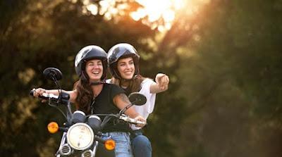 Chicas en una scooter