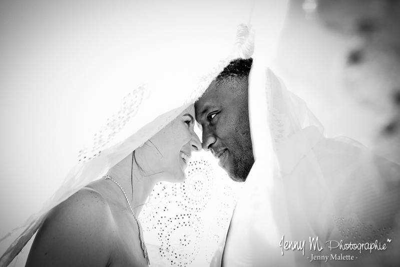 portrait noir et blanc mariés sous le voile