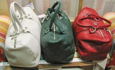 Bolsos de mano de piel en rojo, verde y blanco