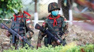 Para pemimpin politik yang digulingkan tetap ditahan, dijaga oleh tentara