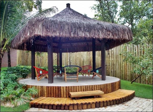 quiosque com telhado de palha e deck de madeira