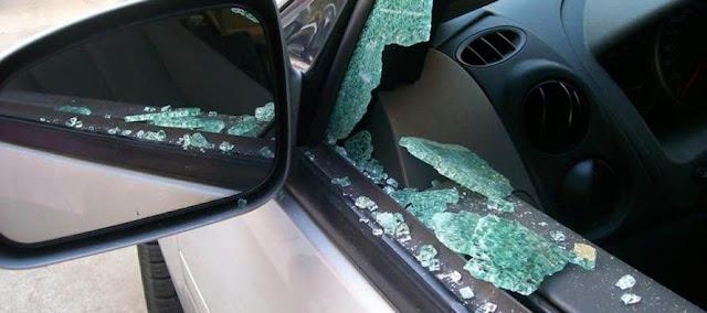 Νεαρός έσπαζε τα παράθυρα αυτοκινήτων για να κλέψει!