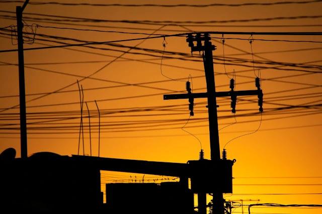 rede-elétrica-internet-telecomunicação-tubos-poste-poluição-visual-fios