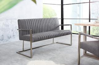Jedálenská lavica v šedej farbe.
