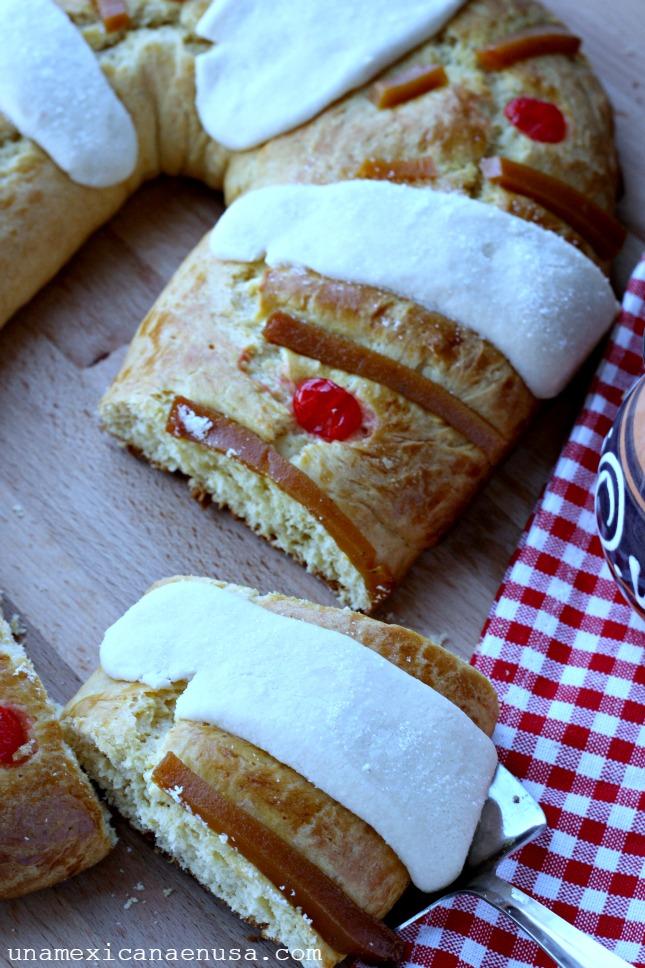 Rosca de reyes decorada con costra de azúcar, cerezas y ate de membrillo.